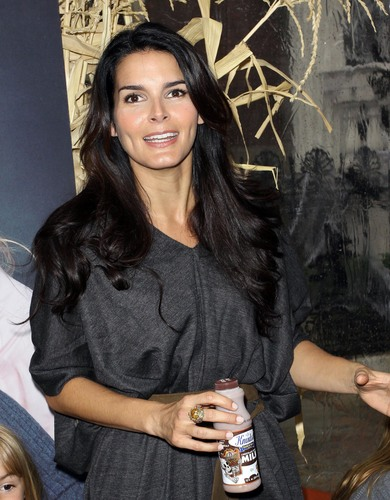 Angie Harmon Unveils Her New 牛奶 Mustache Ad