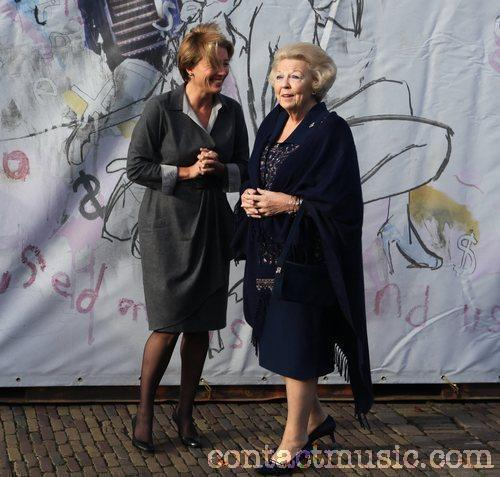 Emma Thompson 壁紙 possibly with a sign and a well dressed person titled Emma Thompson with クイーン Beatrix of The Netherlands