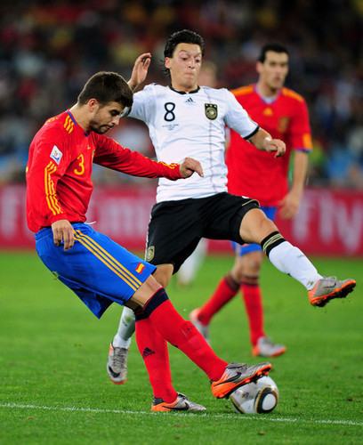Mesut Özil hình nền probably with a fullback, a bóng đá player, and a rugby entitled Pique vs Özil