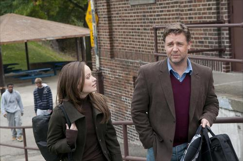 Production Still: Olivia Wilde & Russell Crowe in 'The volgende Three Days'