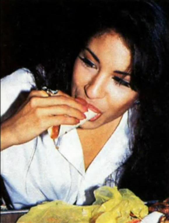 Selena eating tacos!!! - Selena Quintanilla-Pérez Photo ... Jennifer Lopez Obituary