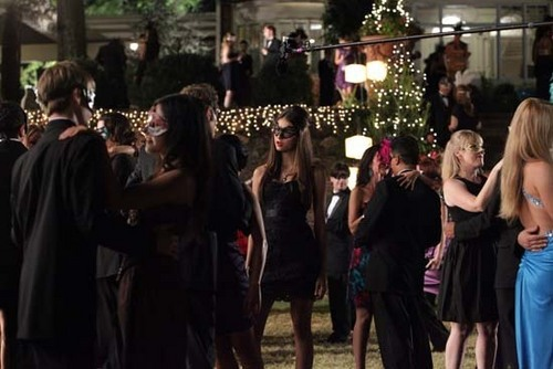 TVD_2x07_Masquerade_Behind the scenes