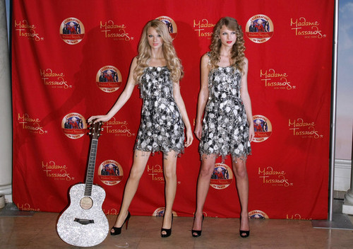 Taylor pantas, swift Unveils Wax Figure At Madame Tussauds!