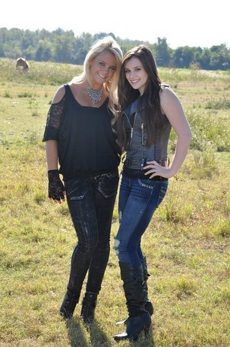 """Caitlin And Payton Burrows On The Set Of Payton's """"Mississippi Crying"""" muziek Video"""