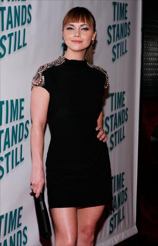 "Christina Ricci karatasi la kupamba ukuta entitled Christina @ ""Time Stands Still"" Broadway Opening Night"