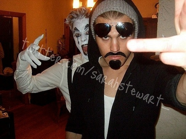 http://images4.fanpop.com/image/photos/16600000/Paul-at-halloween-party-the-vampire-diaries-tv-show-16661221-604-453.jpg