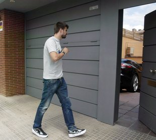 Gerard Piqué wallpaper possibly with a packing box and a warehouse called Piqué's House?