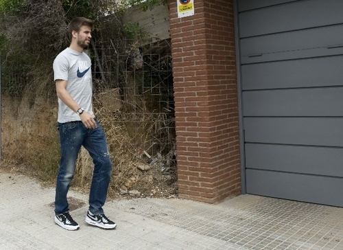 Gerard Piqué wallpaper possibly with a street, long trousers, and a pantleg called Piqué's House?