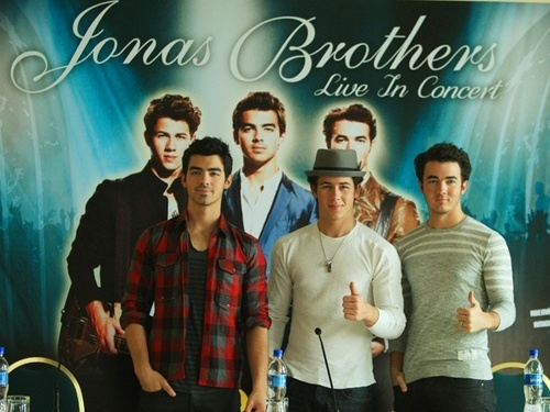 The Jonas Brothers wallpaper with a sign titled Press Conference in Lima, Peru 10/29