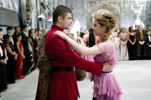 Harry Potter फिल्में वॉलपेपर probably with a kirtle, कीर्टल titled hermione and krum