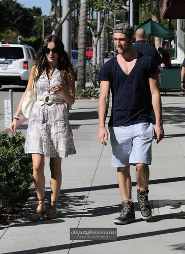 Alex Pettyfer hình nền called Alex Having Lunch with Camille Belle [Nov 2]