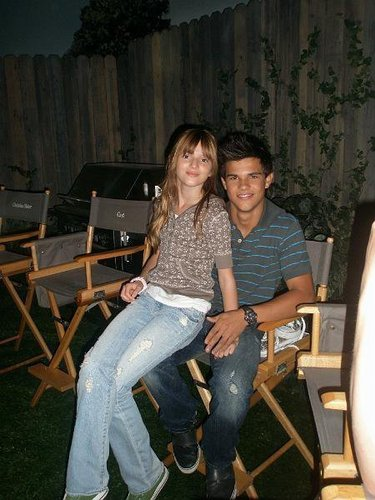 Bella Thorne Hintergrund possibly with a sign titled Bella&Taylor Lautner<3