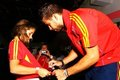 Gerard gives a autograph - gerard-and-cesc photo