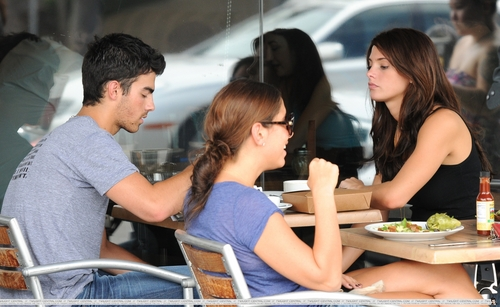 Joe et Ashley dans un restaurant de Los Angles