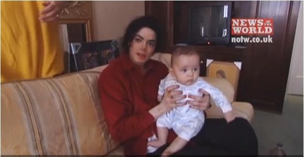 http://images4.fanpop.com/image/photos/16700000/Michael-and-baby-prince-prince-michael-jackson-16792756-621-321.jpg