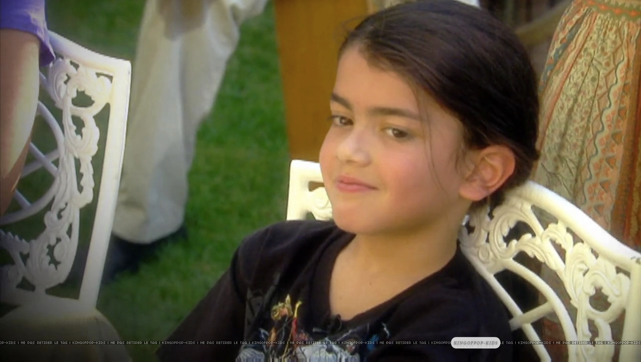 http://images4.fanpop.com/image/photos/16700000/NEWS-blanket-jackson-16727981-1279-723.jpg