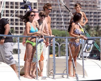 October 9th - At Waikiki Beach In Hawaii - Justin Bieber 400x320