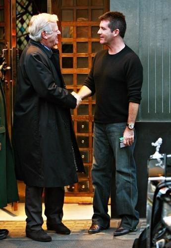 Sir Philip Green And Simon Cowell Having cena At Scotts
