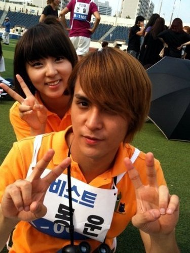 4minute wallpaper probably with a parasol called Sohyun & Dongwoon at the Idol bintang Athletics Championships Chuseok Special