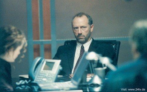 24 দেওয়ালপত্র with a business suit and a suit called Xander Berkeley as George Mason
