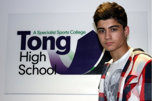 Zayn Malik fond d'écran possibly containing a sign and a workwear, vêtements de travail titled Zayn's high school very rare pic x