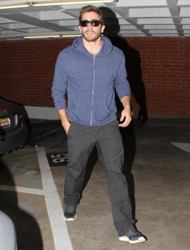 jake gyllenhaal leaves the doctor office  03 november 2010 - jake-gyllenhaal Photo
