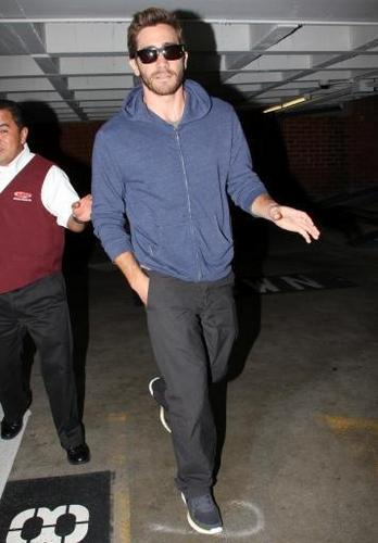 jake gyllenhaal leaves the doctor office 03 november 2010
