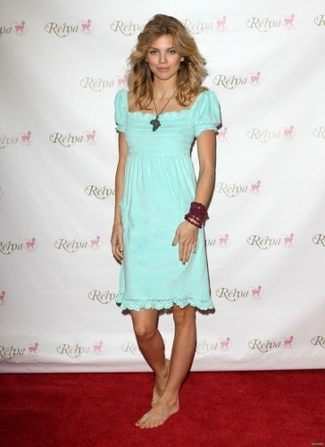 2010-11-08 AnnaLynne McCord visits Gifting Services