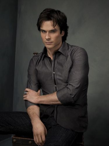 Дневники вампира Обои with a well dressed person called Damon Salvatore
