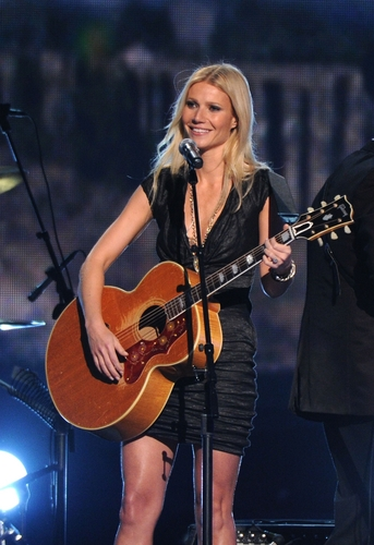 Gwyneth @ 44th Annual CMA Awards दिखाना