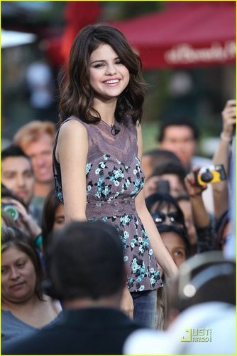 Interview The Grove in Los Angeles (VOTE SELENA & THE SCENE IN PEOPLESCHOICE!)