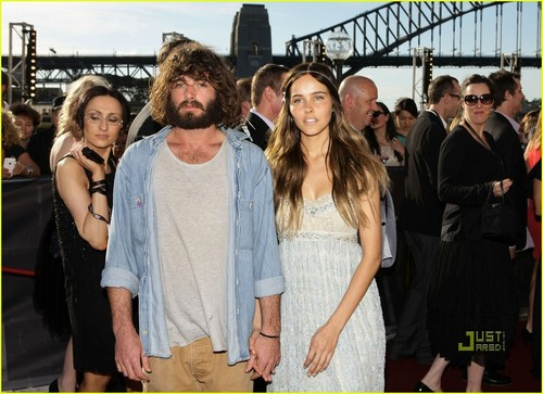 Isabel Lucas & Angus Stone: Holding Hands in Sydney!