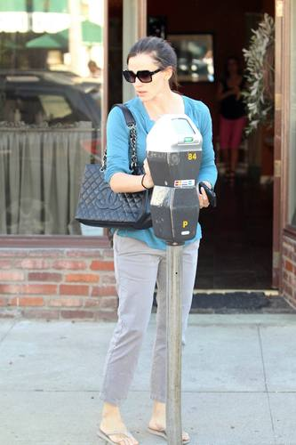 Jen goes to the salon in Brentwood 11/4/10