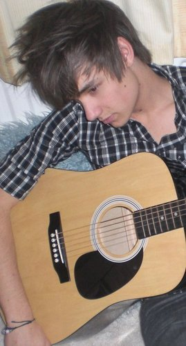 Liam At home pagina Playing His gitaar (Rare Pic) :) x