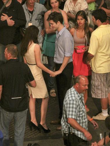 もっと見る Rob & Kristen 'Breaking Dawn' Part 1 Set Pictures