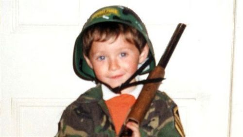 Niall Horan fond d'écran with a green beret, a rifleman, and tenue de combat titled Niall