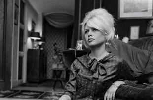 Brigitte Bardot hình nền possibly with a street, a business suit, and a quán ăn called does time heal everything?
