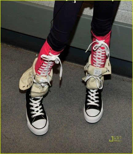 Willow Smith 壁纸 possibly containing a running shoe called willow