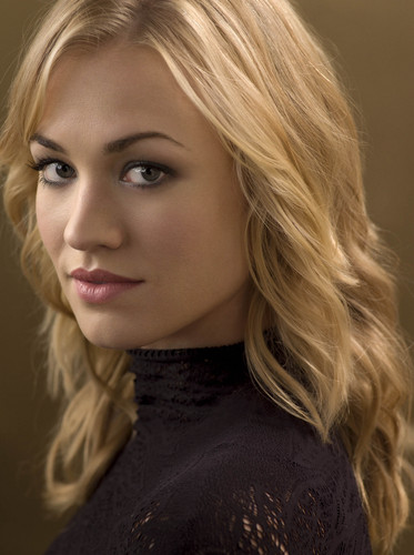 Yvonne Strahovski Hintergrund with a portrait titled yvonne