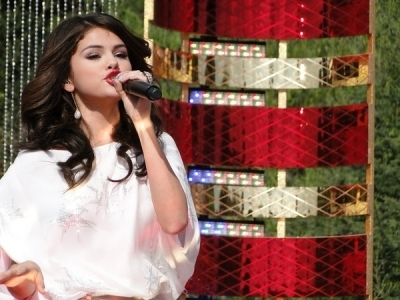 Selena Gomez karatasi la kupamba ukuta possibly containing a chainlink fence called Disney Parks krisimasi Day(November 6,2010)