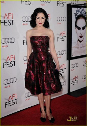 Dita Von Teese: Black cisne Stylish