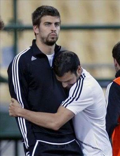 Gerard Piqué embrace