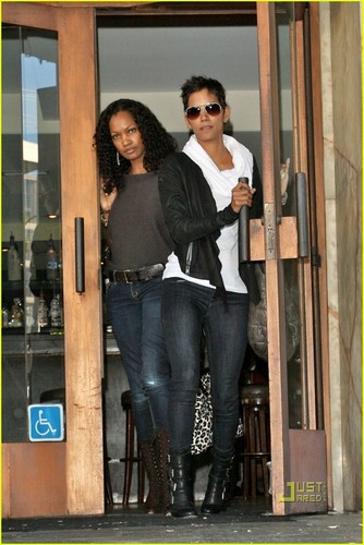 Halle Berry: Lunch with Garcelle Beauvais!