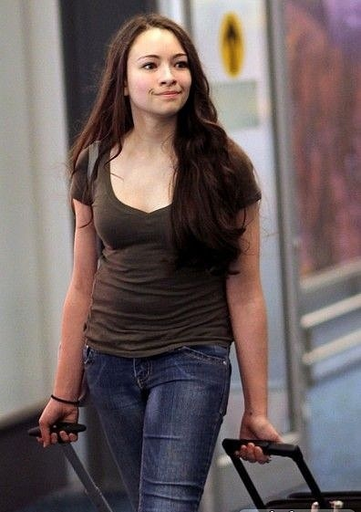 Jodelle Ferland at Vancouver airport-11/10/10