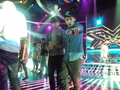 "Zayn & Loius Behind The Scenes Practicing ""There's somefing About The way U Look 2nite"" :) x"