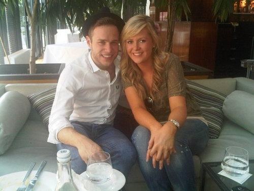 Olly Murs karatasi la kupamba ukuta containing a living room, a family room, and an automobile entitled olly murs