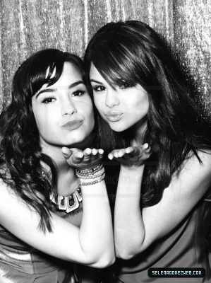 Demi Lovato Selena Gomez on Selena Gomez N Demi Lovato   Selena Gomez And Demi Lovato Photo