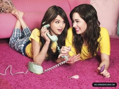 Selena Gomez et Demi Lovato fond d'écran possibly with a telephone booth and a portrait called selena n demi