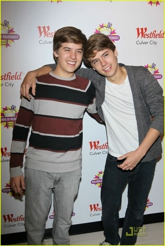 Dylan and Cole 더 많이 Pics At Million Of Shakes!!