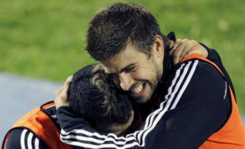 Gerard Piqué wallpaper probably with a rugby entitled Gerard Piqué embrace...
